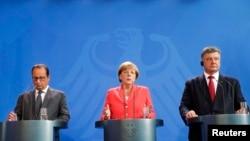 Президент України Петро Порошенко (праворуч), канцлер Німеччини Анґела Меркель (посередині) та президент Франції Франсуа Олланд (зліва) під час зустрічі у Берліні. 24 серпня 2015 року