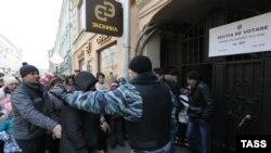 Граждане Молдавии, голосующие на парламентских выборах, вблизи молдавского посольства в Москве. 30.11.2014