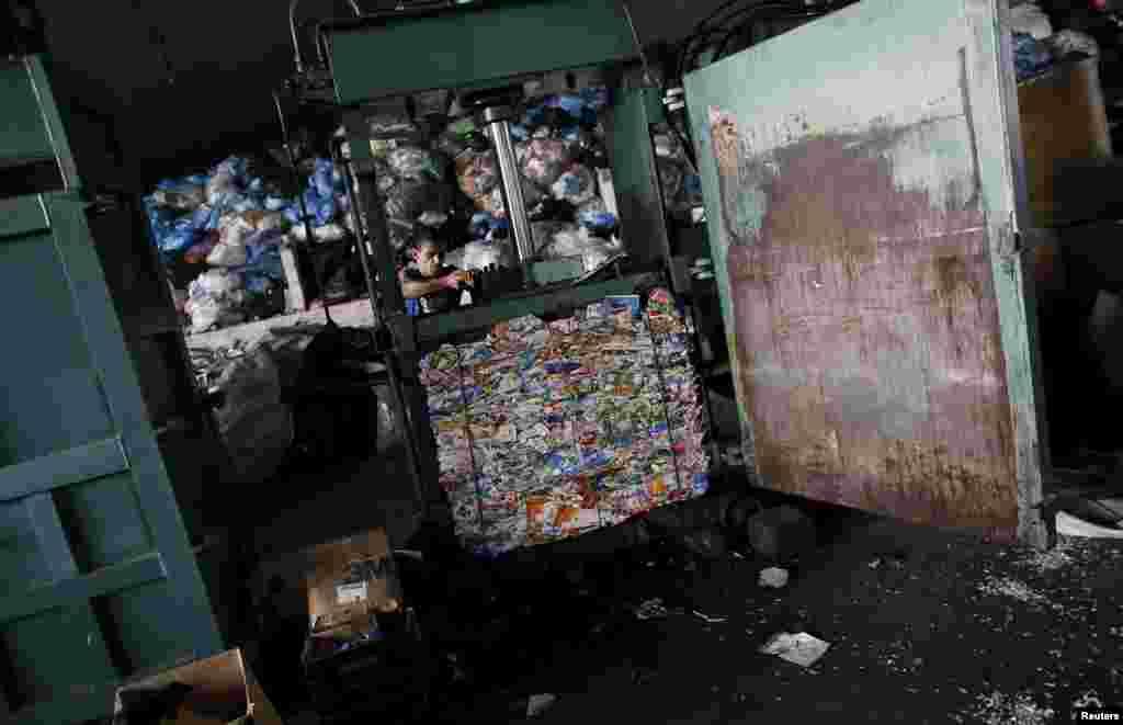 После тзательной ручной сортировки мусор попадает под пресс