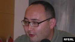 Өзбекстан ҰҚҚ-нің бұрынғы майоры Икром Якубов «Азат Еуропа/Азаттық» Радиосының тілшісіне сұхбат беріп отыр. Стамбұл, 8 шілде 2008 жыл.