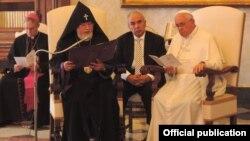 Папа Римский Франциск принимает в Ватикане главу армянской церкви, католикоса всех армян Гарегина