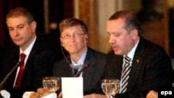 Глава Microsoft Билл Гейтс слушает премьер-министра Турции Реджепа Эрдогана на обеде в Стамбуле