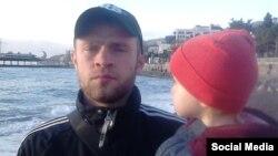 Вадим Сірук тримає на руках свою доньку, Ялта, 2015 рік