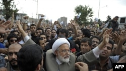 مهدی کروبی در جمع معترضان به نتایج انتخابات ریاست جمهوری در روز دوشنبه