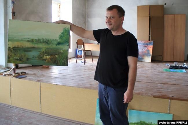 Ксёндз Сяргей са сваім творам, напісаным сёлета на пленэры