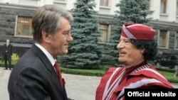 Віктор Ющенко та Муаммар Каддафі під час офіційної церемонії зустрічі
