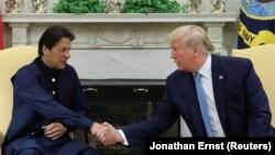 (ښی-کیڼ) د امریکا ولسمشر ډونالد ټرمپ د پاکستان له صدراعظم عمران خان سره په واشنګټن کې د لیدنې پر مهال