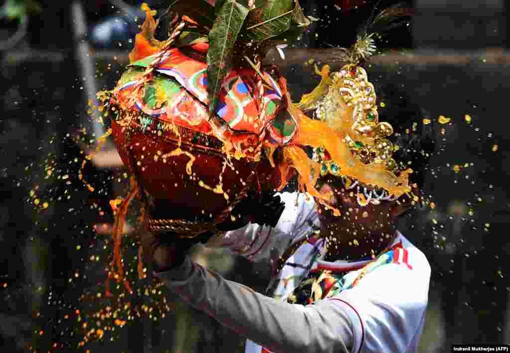هندوی ساکن هند در جریان مراسم «کریشنا جنمشتمی». در این مراسم سنتی زادرور کریشنا جشن گرفته میشود؛ کریشنا اوتار «ویشنو» و ویشنو، از ایزدان اصلی آیین هندو است. AFP/Indranil Mukherjee