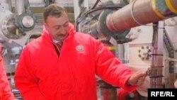 Ilham Əliyev neft platformasında, 2005