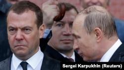 Медведев с Путиным под дождем у стен Кремля