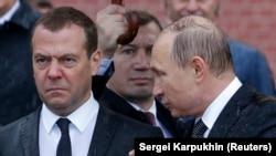 Дмитрий Медведев и Владимир Путин у Кремлевской стены