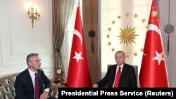 Recep Tayyip Erdogan (sağda) Jens Stoltenberg ilə görüşür