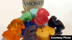 Куски мыла в виде денег напоминают об экономических мыльных пузырях