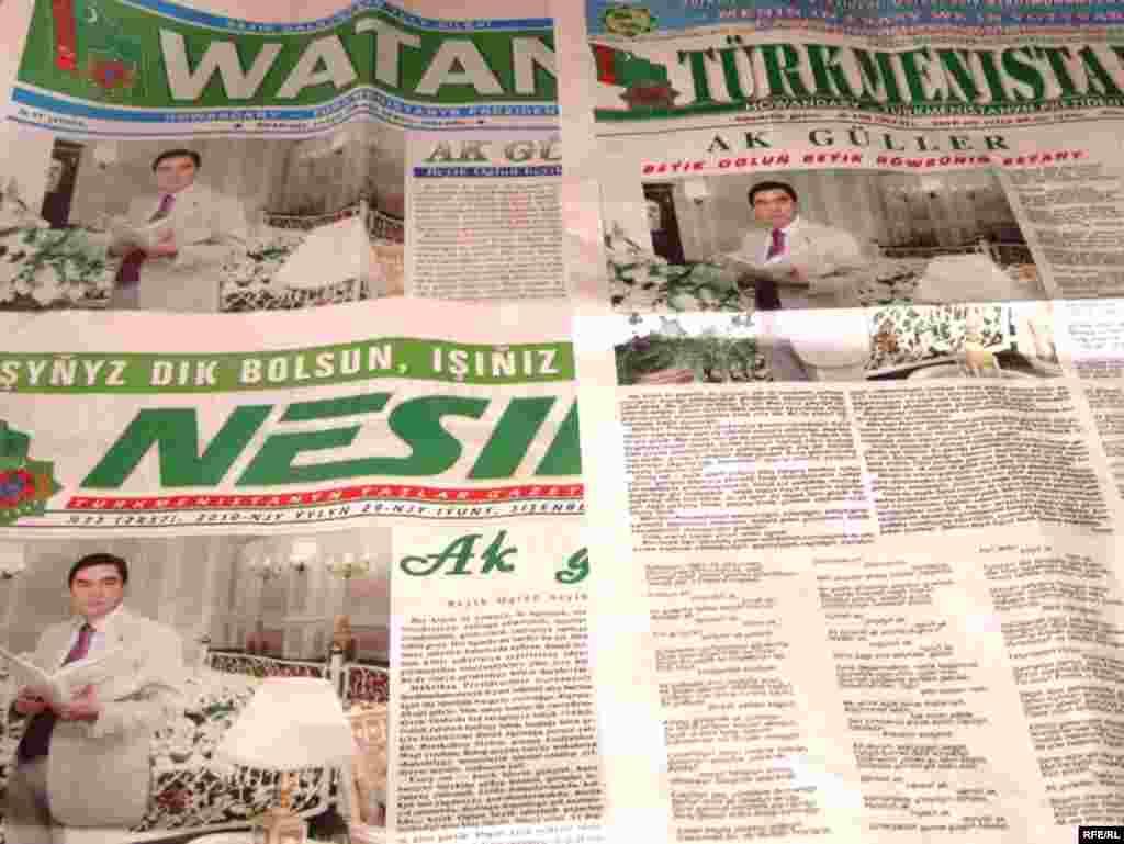Туркменскія газэты з нагоды дня народзінаў прэзыдэнта 29 чэрвеня, зьмясьцілі ідэнтычныя фатаграфіі Бердымухамедава ў белым гарнітуры.