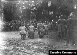 Polish fighters kneel to pray.