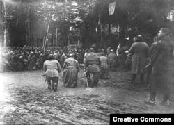 Полски войници коленичат за молитва.