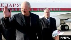 Александр Лукашенко, раисиҷумҳури Белорус, дар фурӯдгоҳи Бишкек
