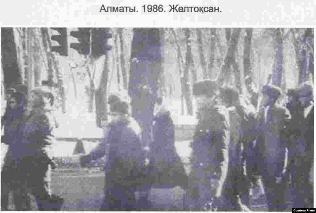 Казахская молодежь идет на площадь Брежнева. Фото из книги Болатбека Толепбергена «Неизвестный Желтоксан».