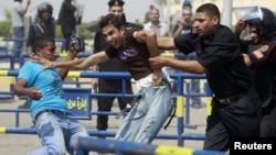 Во время судебного заседания 5 сентября на соседних улицах происходили столкновения противников Мубарака с полицией