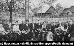 Адам Русак разам з удзельнікамі створанага ім духавога аркестру ў роднай вёсцы. 1968 г.