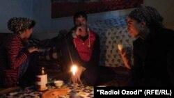 Жители Хатлонской области Таджикистана во время одного из «лимитов» на потребление электроэнергии.