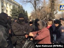"""""""Нұр Отан"""" саяси партиясының кеңсесі алдына келген адамдарды полиция ұстап жатыр. Алматы, 27 ақпан 2019 жыл."""
