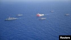 Türkiyə hərbi dəniz donanmasının gəmiləri Oruc Reis geoloji tədqiqat gəmisini müşayiət edirlər