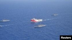 Turski brod Oruč Reis (u sredini), 10. avgust