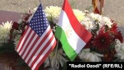 Флаги США и Таджикистана