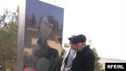 Mərhum Elmar Hüseynovun atası Sabir Hüseynov oğlunun məzarı üstündə, Bakı, 2 mart, 2006