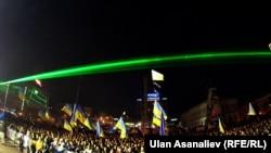"""Участники """"Евромайдана"""" стоят в центре Киева и ночью. 15 декабря 2013 года."""