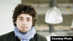 Kanadaly žurnalist Frederik Lawua (Frédérick Lavoie) ýol ýazgylarynyň 37 sahypasynyň Türkmenistana bagyşlanandygyny aýdýar,