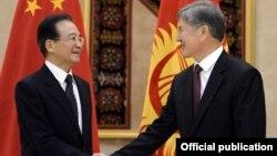 Премьер-министр Китая Вэнь Цзябао и президент Кыргызстана Алмазбек Атамбаев. Бишкек, 4 декабря 2012 года.