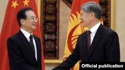 Президент КР Алмазбек Атамбаев и премьер КНР Вэнь Цзябао, Бишкек, 4 декабря 2012 года.