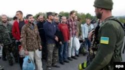 Украина күштері айырбастауға әкелген тұтқындар. Донецк облысы, Украина, 20 қыркүйек 2014 жыл.
