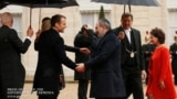 Президент Франции Эмманюэль Макрон встречает исполняющего обязанности премьер-министра Армении Никола Пашиняна с супругой.