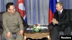 Керівники Північної Кореї і Росії, Кім Чен Ір та Володимир Путін (праворуч) під час зустрічі у Владивостоці, 23 серпня 2002 року