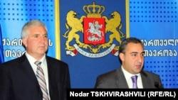 პრემიერ-მინისტრი ნიკა გილაური (მარცხნივ) და ჯანდაცვის ახალი მინისტრი ანდრია ურუშაძე