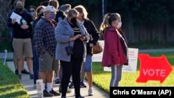 Люди ожидают своей очереди для голосования в баптистской церкви Bell Shoals в день президентских выборов в США 3 ноября 2020 года в Брэндоне, штат Флорида.