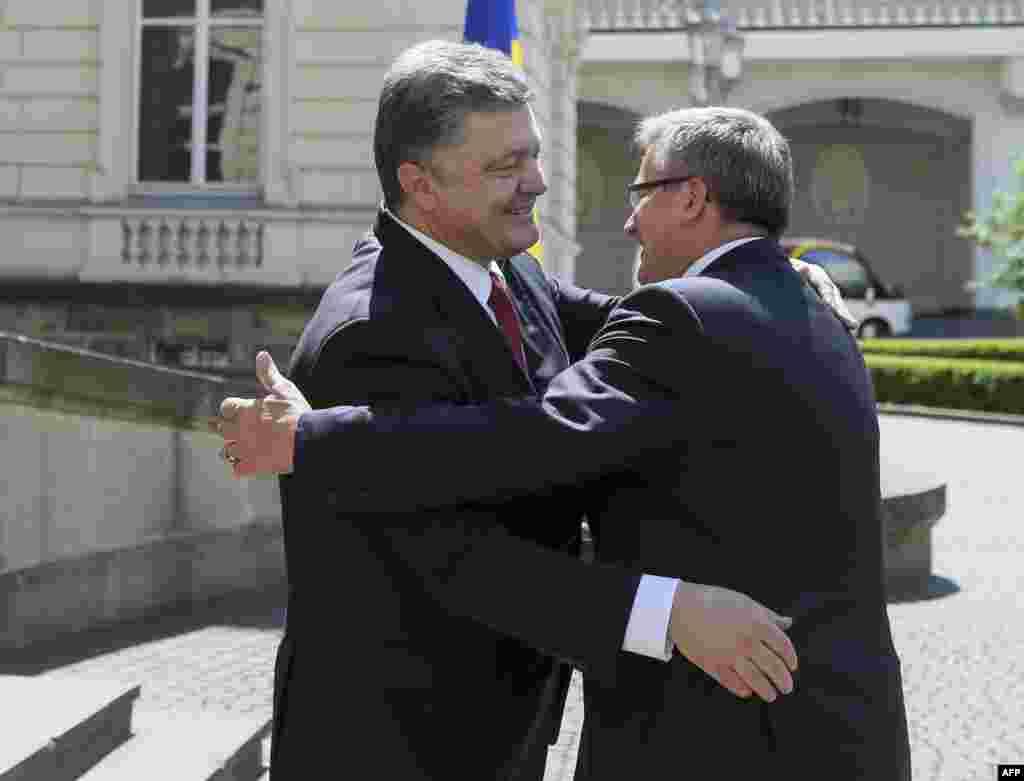 Президент України Петро Порошенко (ліворуч) вітає свого польського колегу Броніслава Коморовського у Львові