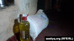 Мешок муки и емкость с растительным маслом в доме многодетной матери Улжалгас Кабыловой. Шымкент, март 2015 года.