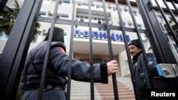 Maria Alyokhina və Nadezhda Tolokonnikova-nın aparıldığı polis bölməsi, Soçi, 18 fevral