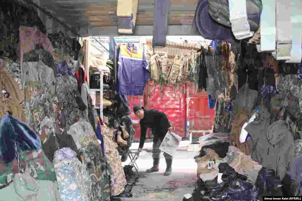 Продавцы неохотно признаются, что у них есть вещи и с ближайшей американской военной базы под Бишкеком