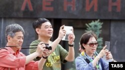 Russia -- Tourists take photos outside Lenin's mausoleum on Red Square in Moscow, July 15, 2015