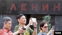Туристы у мавзолея Ленина на Красной площади