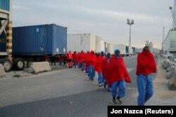 Нелегальные мигранты, подобранные в Средиземном море, в порту Малаги. Январь 2019 года