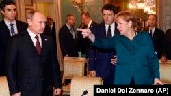 Канцлер Німеччини Анґела Меркель (праворуч), президент Росії Володимир Путін (ліворуч) і тодішній прем'єр Італії Матео Рензі. Мілан, 17 жовтня 2014 року