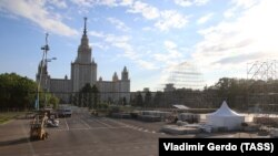 Площадка для фан-зоны на Воробьевых горах на фоне здания МГУ. 24 мая 2018 года.