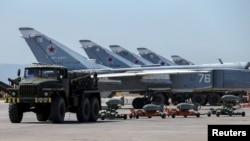 Российские военные самолеты на авиабазе Хмеймим в Сирии.
