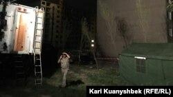 Палатка, установленная сотрудниками ДЧС рядом с аварийным домом в микрорайоне Алгабас-6. Алматы, 2 июня 2016 года.